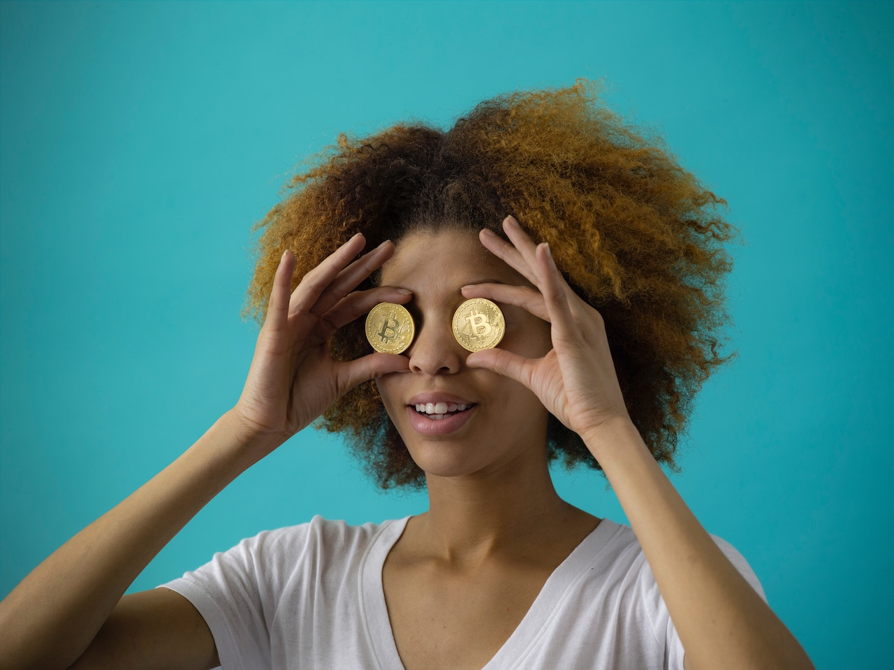 Girl looking through coins. Budgeting for teaching abroad can be easy!
